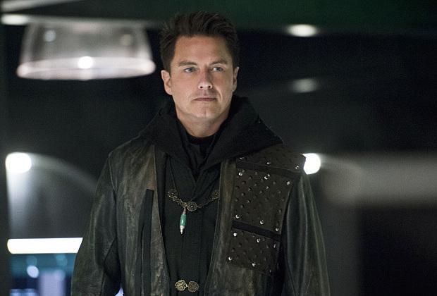 Malcolm Merlyn devient un personnage récurrent dans toutes les séries DC de la CW
